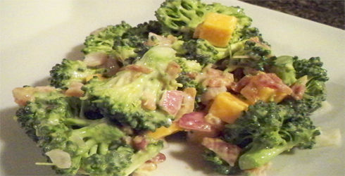 Broccoli Salad is the perfect side dish to welcome the spring. It combines the best of everything, veggies, bacon, cheese and yummy dressing.